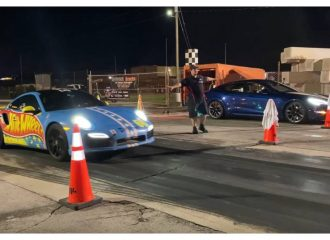 Tesla Model S «γειώνει» Porsche 911 Turbo S (+video)