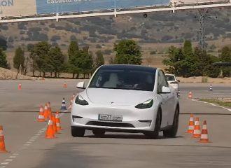 Χαλαρά το Tesla Model Y στον τάρανδο! (+video)