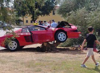 70χρονος «άδειασε» Ferrari Testarossa για ένα βίντεο
