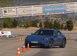Ζορίστηκε στον τάρανδο η Porsche Taycan Cross Turismo(+video)